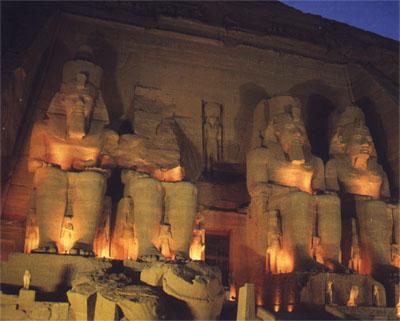 Estatuas sedentes de Ramsés II, Templo de noche, Abu Simbel, Asuán