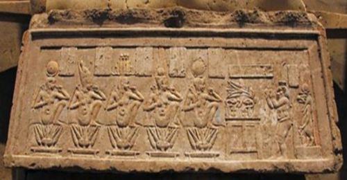 Recinto de Mut en Karnak. Dintel niños-dioses